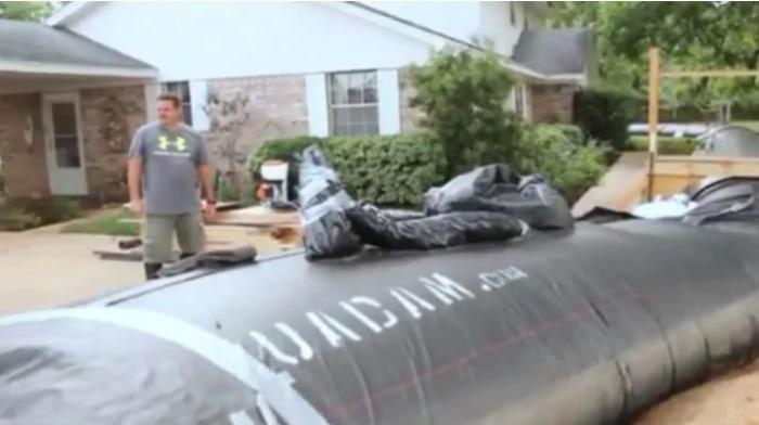 Мужчина защитил свой участок от наводнения необычным способом.