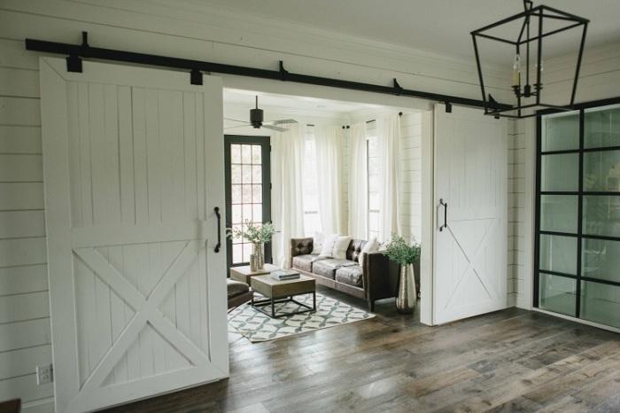 В гостиную можно попасть через раздвижные двери.