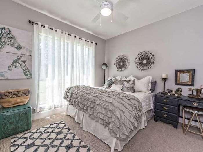 Спальня - пожалуй, самый современная часть интерьера коттеджа.
