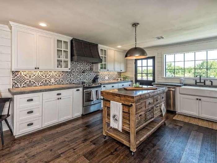 Просторная кухня сделана из натурального дерева.