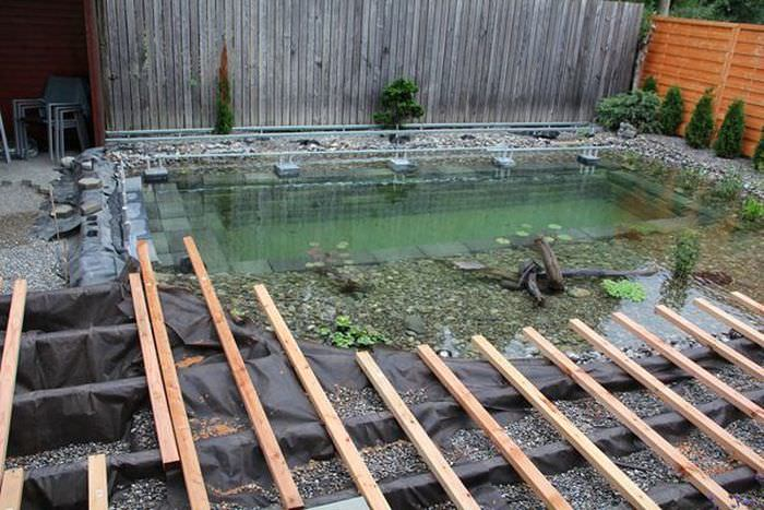 Бассейн задекорировали под пруд.