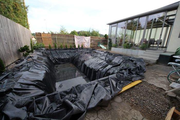 Яму для бассейна накрыли гидроизоляционным материалом