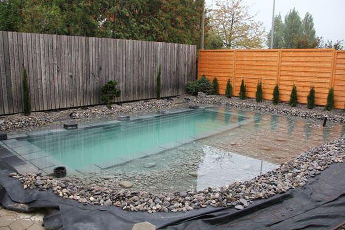 Хозяева сделали бассейн-пруд.