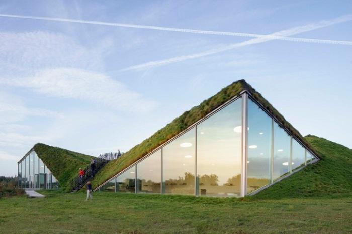 Музей Biesbosch с зеленой крышей.