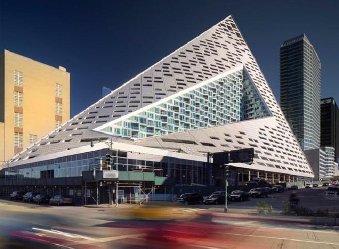 Via 57 West - жилой комплекс в форме пирамиды.