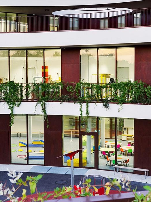 Огромные витражные окна во французской школе.