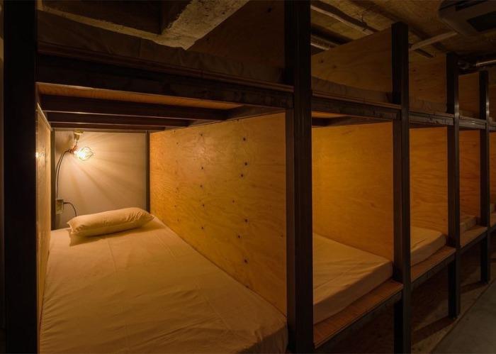 Спальные места в токийском хостеле Book and bed.