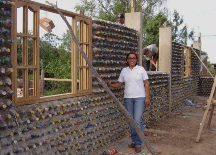 Дом из пластиковых бутылок.
