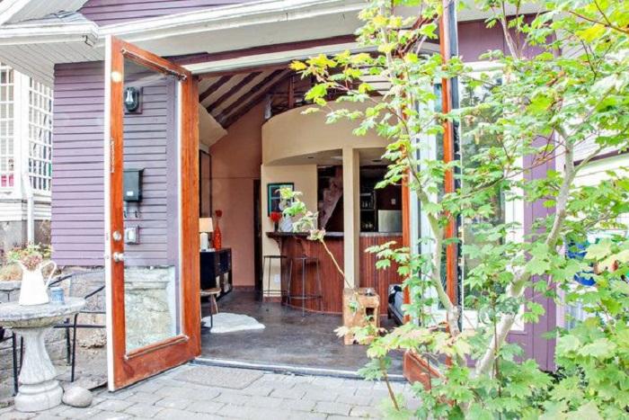 Вход в домик, переделанный из старого гаража.