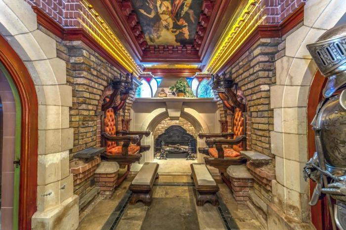 Интерьер дома напоминает настоящий дворец.