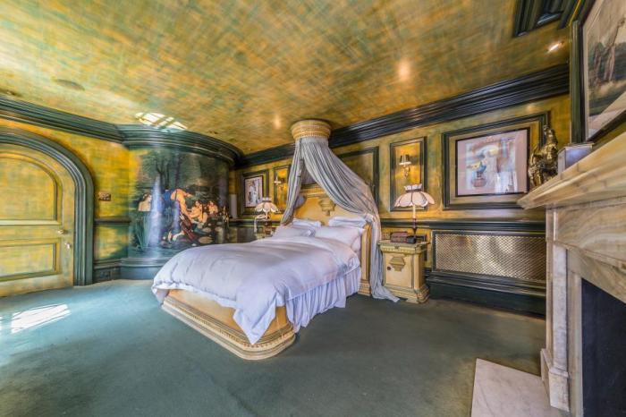 Спальня в старинном стиле.