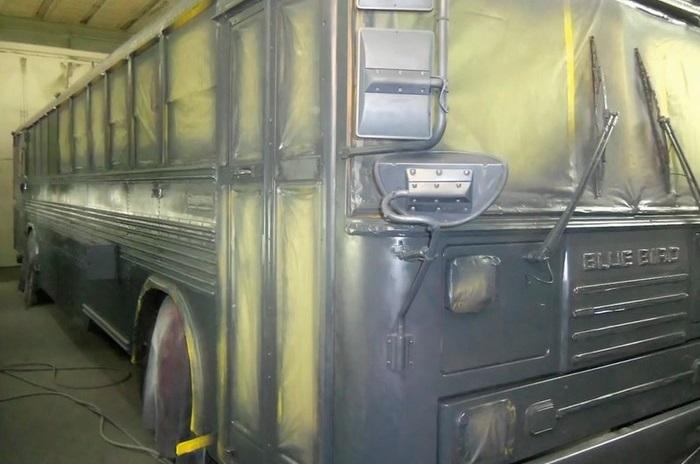 Семья из пяти человек поселилась в автобусе.