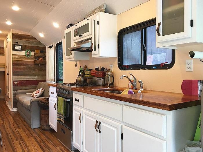Молодая пара переделала старый школьный автобус в отличный дом на колесах