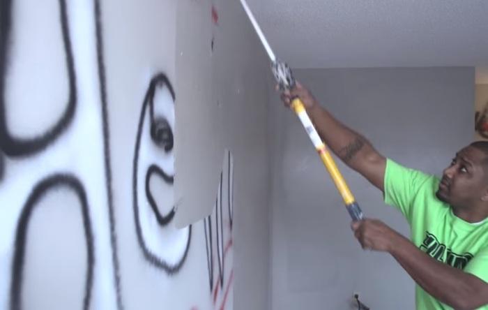 Стены в комнатах закрашивают краской.