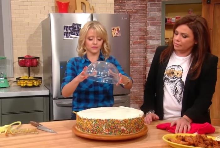Как нарезать большой торт при помощи миски.
