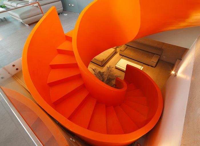 Оранжевая лестница - яркий элемент декора.