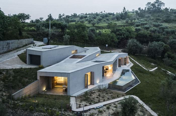 Зигзагообразный дом на склоне холма.
