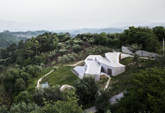 Дом, «спускающийся» по склону холма.