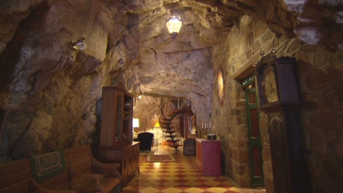 Просторный коридор с высокими потолками.