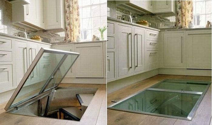 Винный погребок со стеклянной дверкой, оборудованный прямо на кухне.