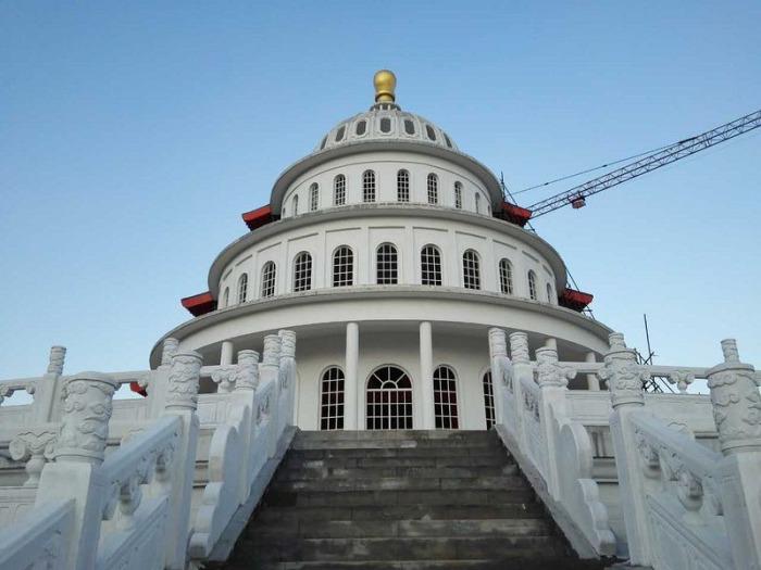 Здание - частичная копия американского Капитолия.