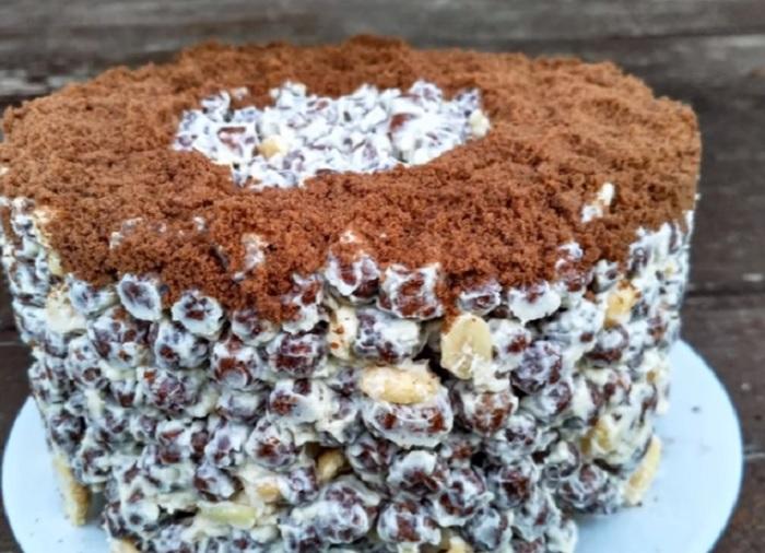 Готовый торт можно присыпать крошкой толченого шоколадного печенья.
