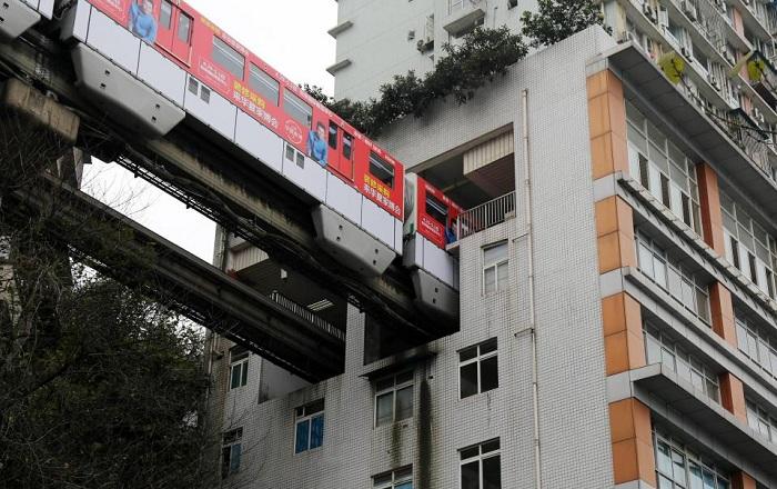 В китайском городе Чунцин поезда ходят сквозь жилой дом.