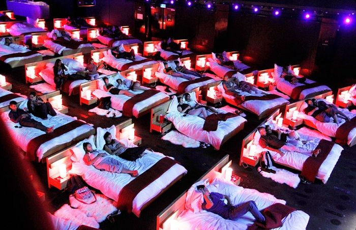 Olympia Music Hall - кинозал с кроватями.