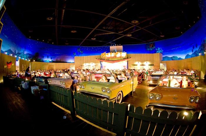 Sci-fi Dine-in Theater - кинотеатр с ретро-автомобилями.