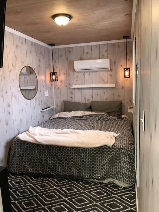 Спальня рассчитана на друх человек.