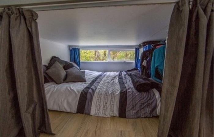 Мини-спальня с большой кроватью.