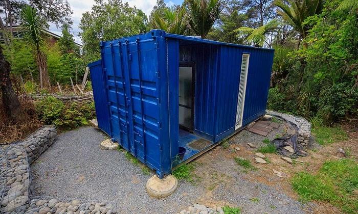 Женщина переехала жить из особняка в контейнер.