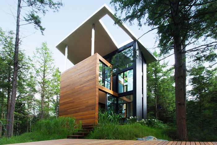 Дом с эффектным фасадом в лесах Квебека.