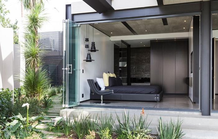 The Kloof Road House. Стеклянные раздвижные двери.
