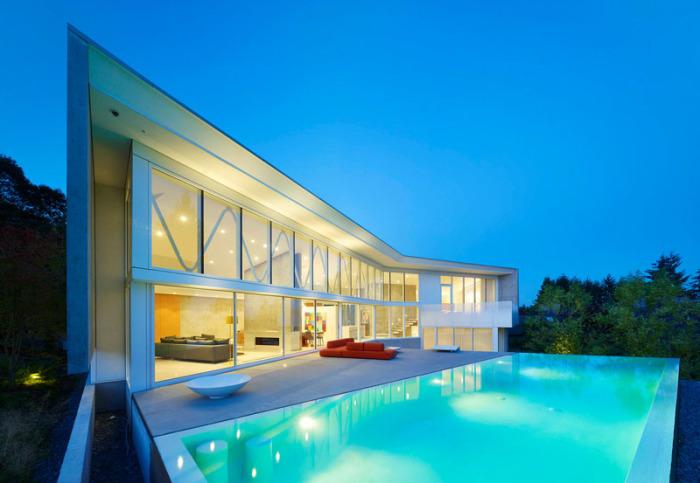 Особняк с эффектным стеклянным фасадом.
