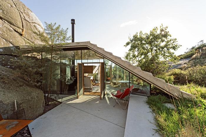 Knapphullet - домик, «замаскированный» между скал.