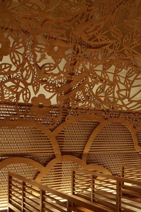 Древесно-цветочные узоры, выполненные на стенах часовни.