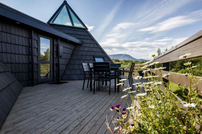 Pyramid Cottage House. Открытая деревянная терраса.
