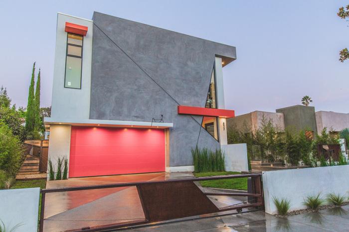 Частный дом с яркими цветовыми акцентами.