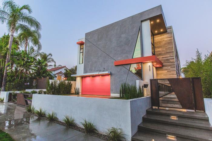 Дом со строгими геометрическими линиями.