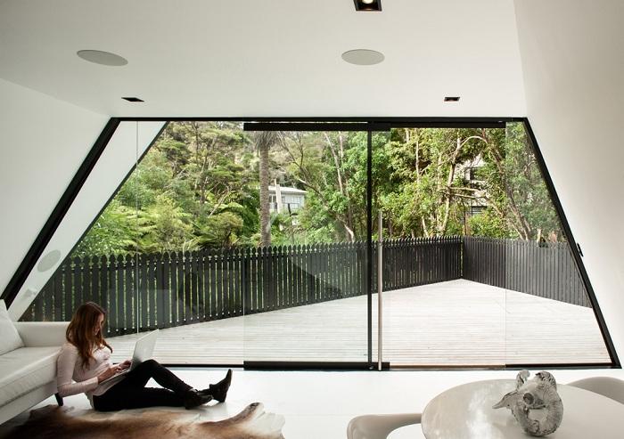 Просторная гостиная крохотного домика в Новой Зеландии.