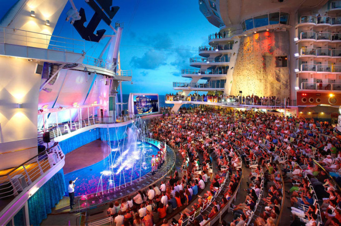 Акватеатры с невероятно зрелищными представлениями.