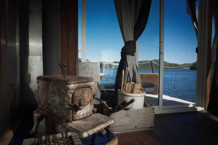 Антикварная печь, пригодная для обогрева дома-лодки.