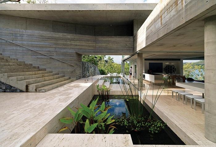 Дом с многочисленными водоемами внутри.