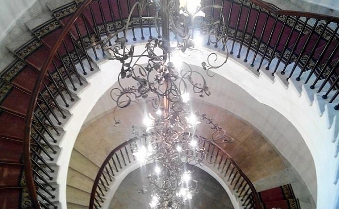 Шикарная лестница с огромной люстрой.