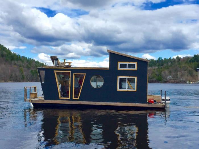 The River Den - плавучий дом в провинции Квебек на реке Гатино.