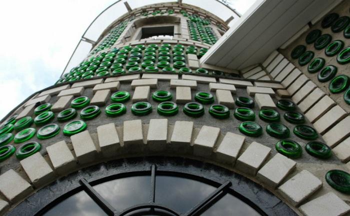 На строительство этого дома у украинца ушло 8 тысяч бутылок.