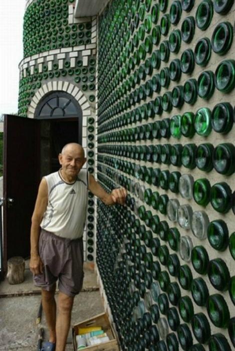 Мужчина построил дом из бутылок из-под шампанского.