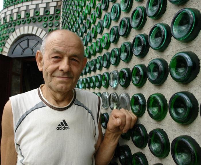 Украинец Владимир Сыса построил дачу из стеклянных бутылок.