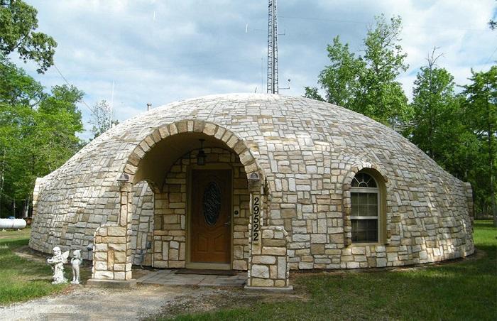 Купольный дом, облицованный камнем.